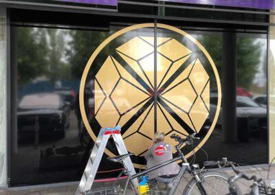 Beschriftung Schaufenster mit Goldfolie auf schwarzem Untergrund